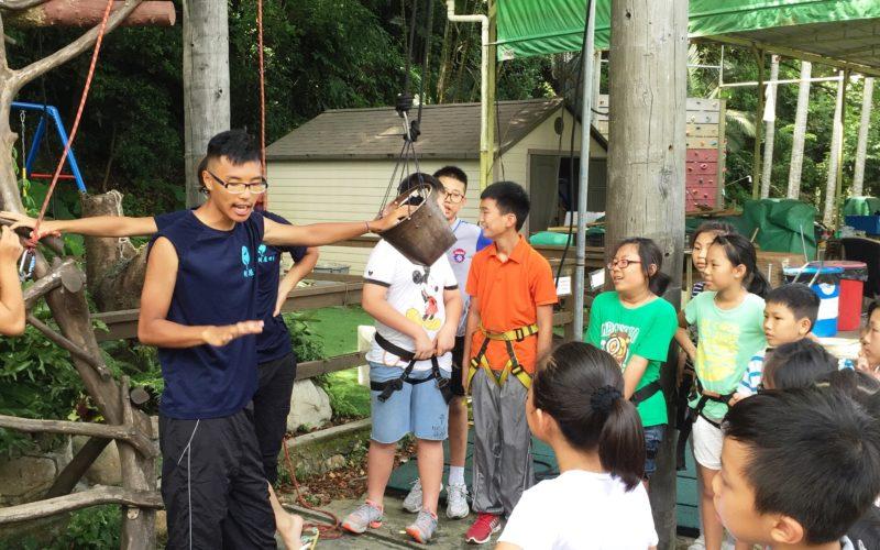 樹屋的職員用心地講解爬樹屋的規則