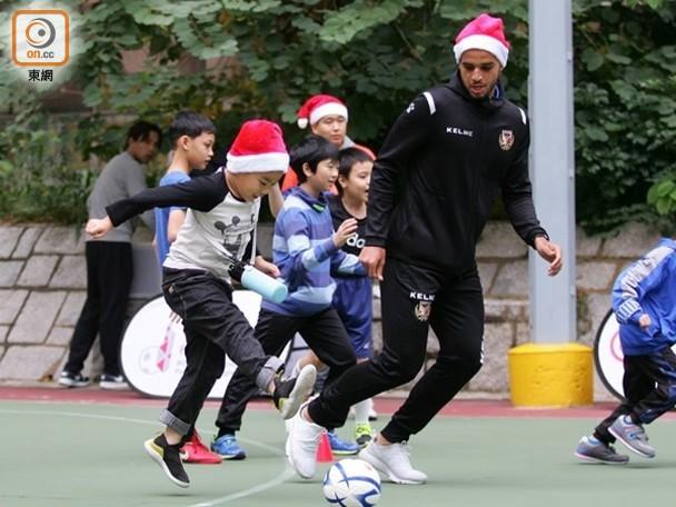 東網:港超聯 「橙軍」變身聖誕老人同細路玩餐飽